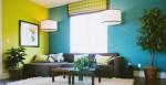 黄色とブルーの壁紙のリビング