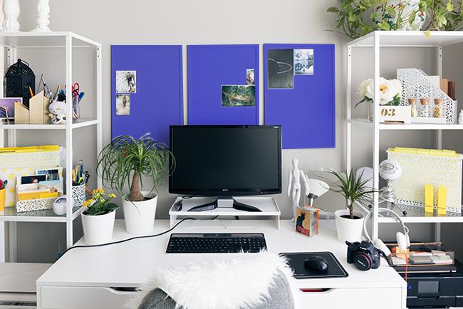 青のパネルを3枚飾った仕事部屋