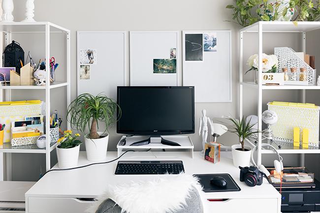 白のパネルを3枚飾った仕事部屋