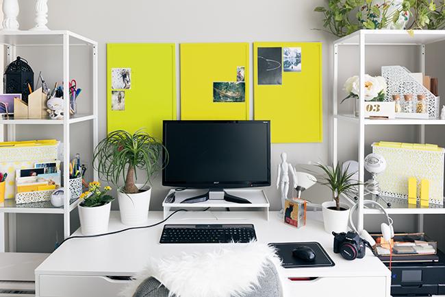 黄色のパネルを3枚飾った仕事部屋