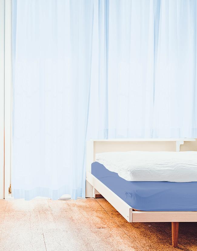 同じ色相のベッド&カーテンコーディネート