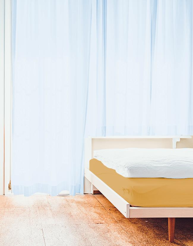 反対色のベッド&カーテンコーディネート