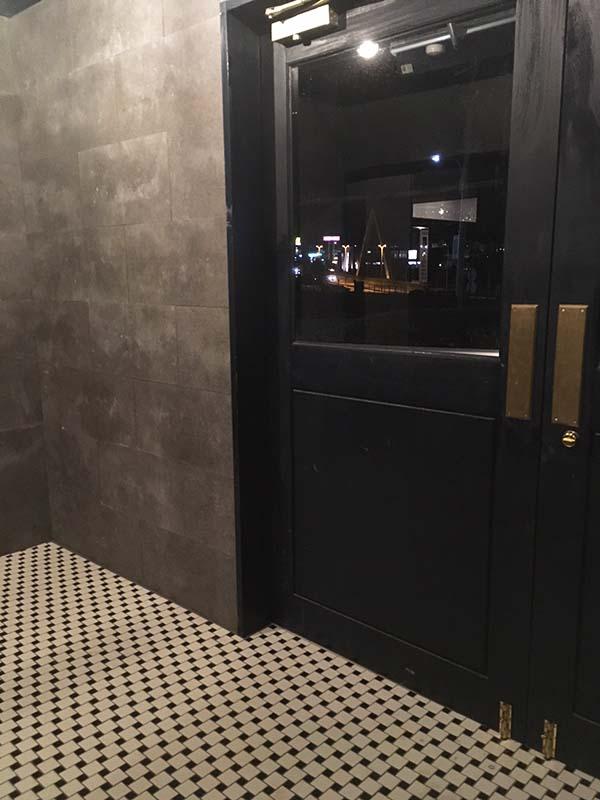 ミッドナイトブルーの木製ドア