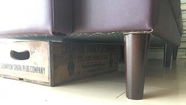 ソファ下の木箱