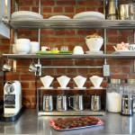 見せる・隠すのバランスが絶妙!オープンキッチンの収納アイデア35選