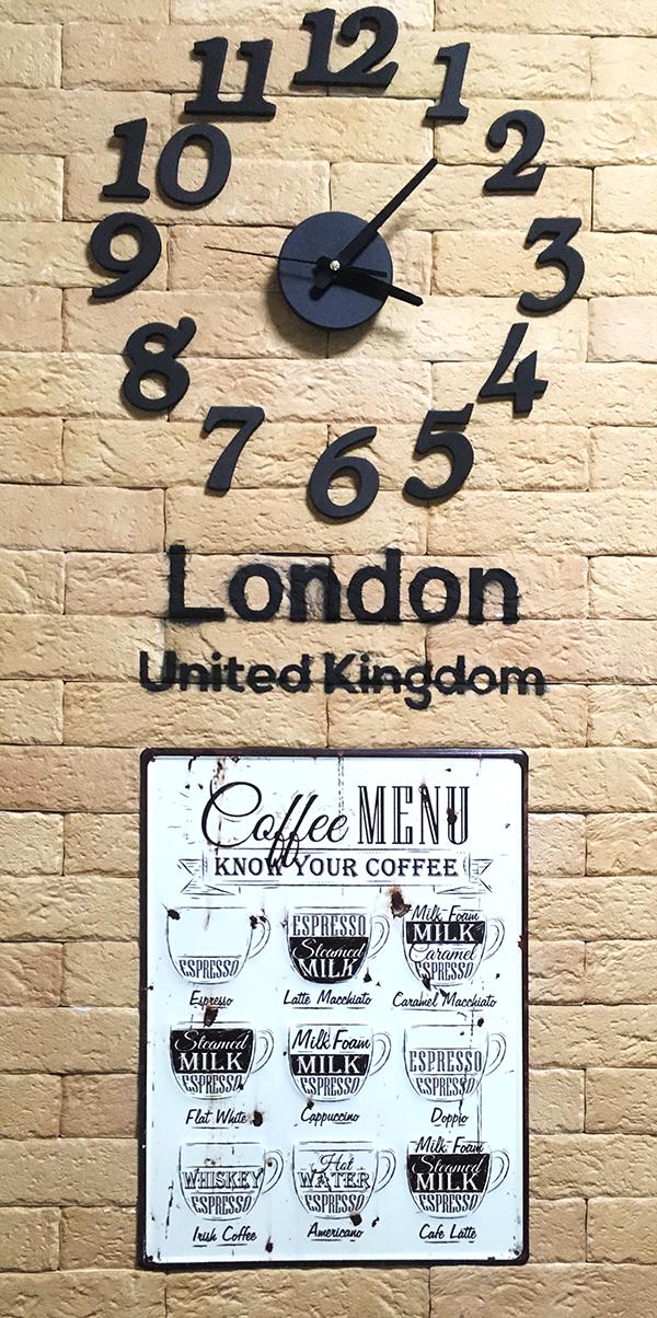 壁掛け時計とヴィンテージなメニュー看板