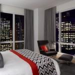 窓との関係が参考になるニューヨークの寝室インテリア30選