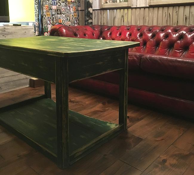 脚をカットしたグリーンのリビングテーブル