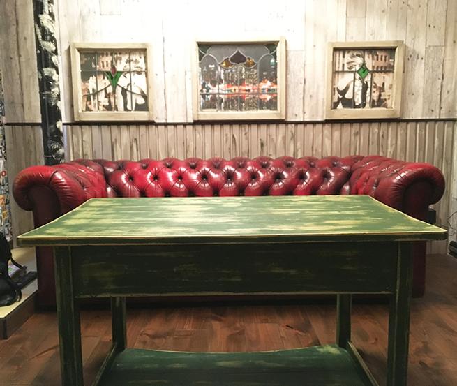 チェスターフィールドソファと高めのリビングテーブル