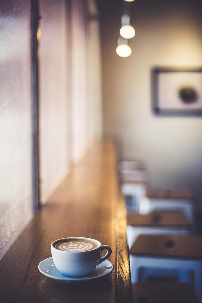 カフェの奥行きの薄いカウンターテーブル