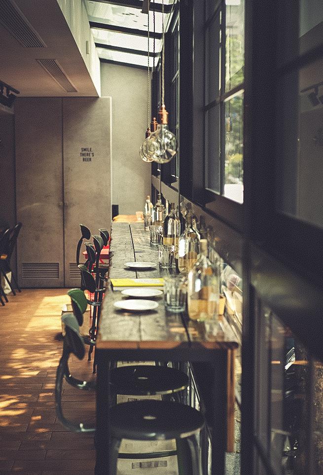 カフェの窓辺のカウンター席