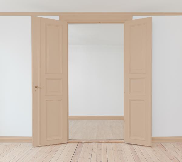 ナチュラルブラウンの床にナチュラルブラウンのドア