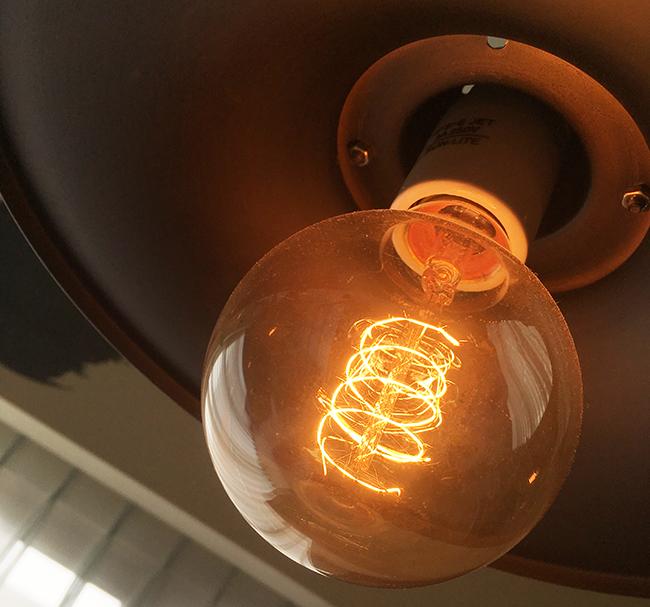 エジソン電球のアップ写真