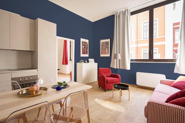 暗い青の壁紙クロスを部屋全体に貼った例