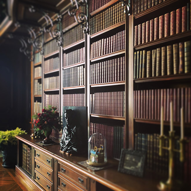 百科事典を並べた本棚